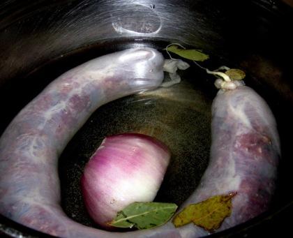 Опустить начиненную кишку в кастрюлю с водой