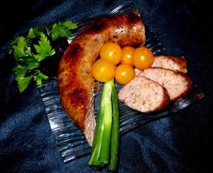 Подавайте домашнюю колбасу с различными овощами