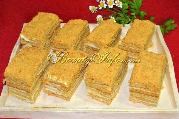 Медовый торт, нарезанный на пирожные