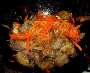Добавляем к мясу и луку морковь