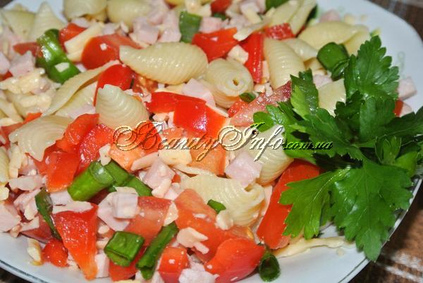 Салат с макаронами, карбонатом и свежими овощами