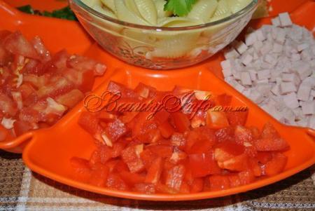 Перец , помидоры и ветчину нарезаем кубиками