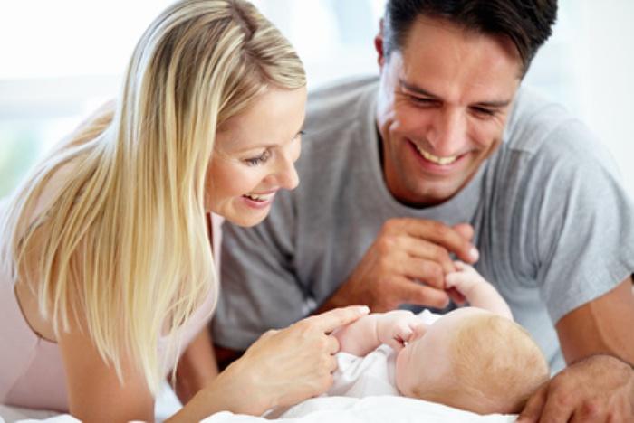 Счастливые родители с новорожденным