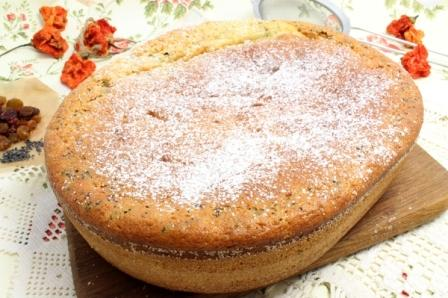 Заливной пирог на кефире, посыпанный сахарной пудрой